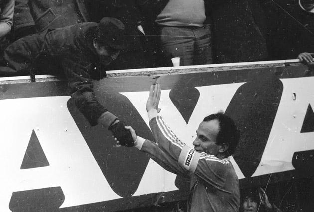Μία όμορφη εικόνα. Ο πρόεδρος της ΑΕΚ Λουκάς Μπάρλος βρέθηκε στη Λεωφόρο και συνεχάρη τον Δομάζο για το εξαιρετικό παιχνίδι που έκανε...